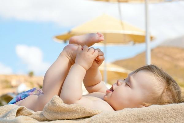 Chuyên gia hướng dẫn cách phơi nắng cho trẻ sơ sinh đúng cách