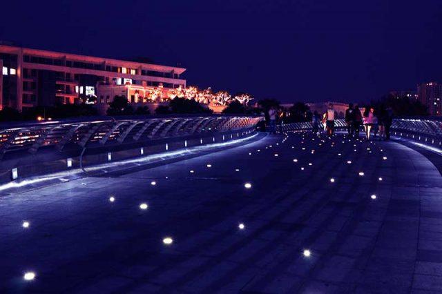 Cầu Ánh Sao - Công viên Hồ Bán Nguyệt
