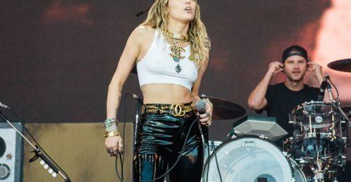 Miley Cyrus diện mốt thả rông đầy nóng bỏng khi rời khách sạn